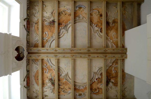 luxusní strop s malovanými ornamenty